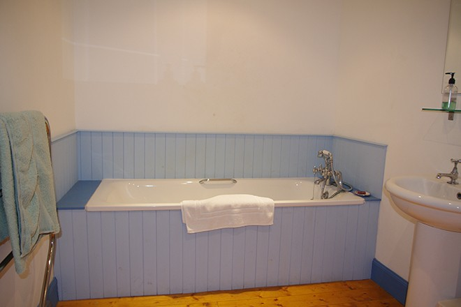 ardnacross-Byre-Cottage-bathroom